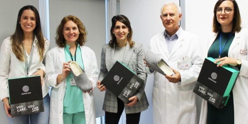 La empresa ilicitana Genuins dona al Hospital del Vinalopó calzado para pacientes sin recursos.