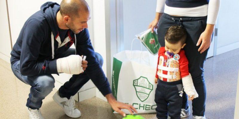 El Elche Club de Fútbol entrega regalos a los niños ingresados en el Hospital del Vinalopó.