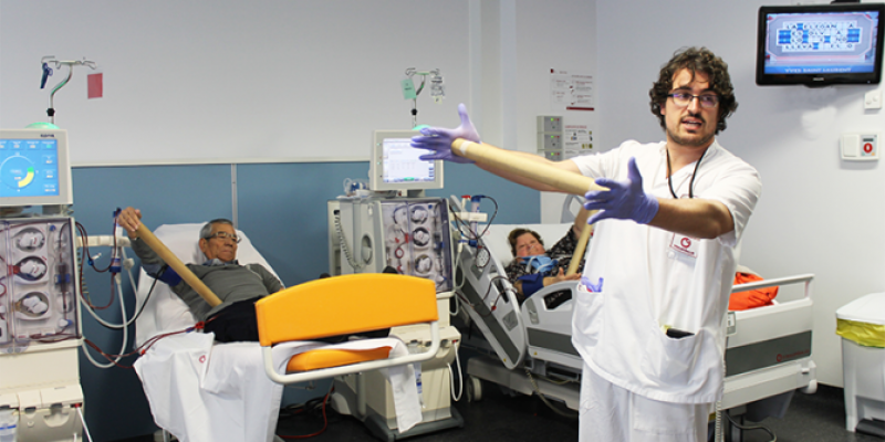 Pacientes del Hospital del Vinalopó realizan ejercicio durante las sesiones de hemodiálisis.