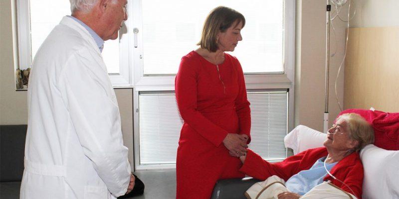 La Alcaldesa de Aspe visita a los vecinos de su localidad ingresados en el Hospital Universitario del Vinalopó