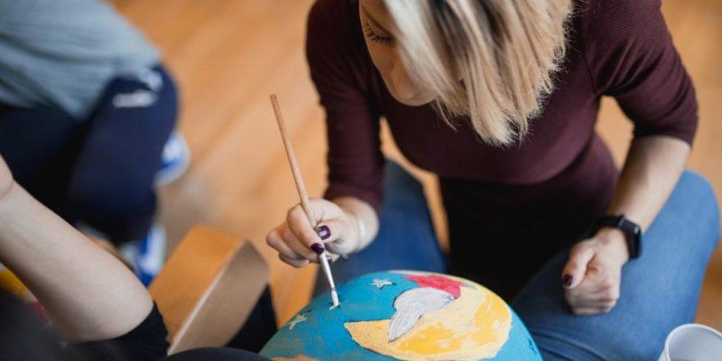 Vinalopó y Torrevieja realizan un taller de pintura, dibujo y fotografía para mujeres embarazadas