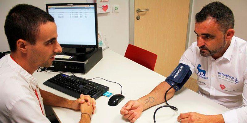 Daniel Albero, primer diabético en participar en el Dakar, se realiza el chequeo médico previo a su nuevo reto en el Hospital del Vinalopó