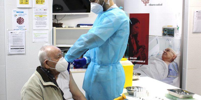 César, de 90 años, primer vacunado en el Departamento de Salud del Vinalopó