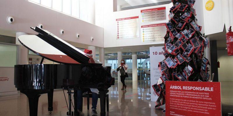 Profesionales del Hospital Universitario del Vinalopó tocan el piano a los pacientes para felicitarles la Navidad